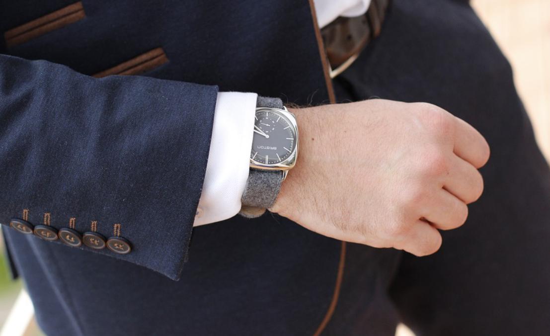 muž a hodinky